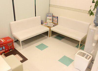 待合室です。白を基調とし清潔感のある雰囲気になっています。