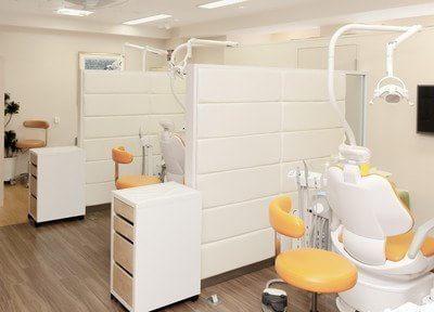 診療室です。診療台ごとに区切られておりますので、気になる方でも安心です。