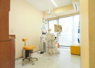 診療室です。プライバシーに配慮した個室制ですが、明るく開放感があります。