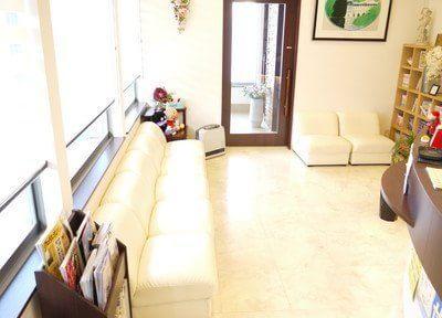 待合室は気持ちを落ち着かせてお待ちいただけるように、ゆったりとしたソファをご用意しています。
