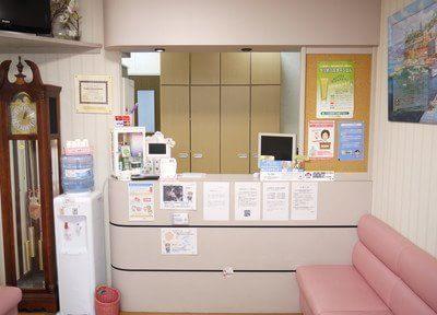 ご来院されましたら受付に診察券のご提示をお願いします。