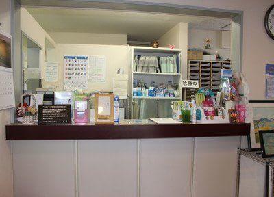 こちら受付です。アットホームな雰囲気の歯科医院です。