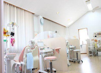 診療室は天井が高く広々とした空間でゆったりと治療を受けていただくことができます。