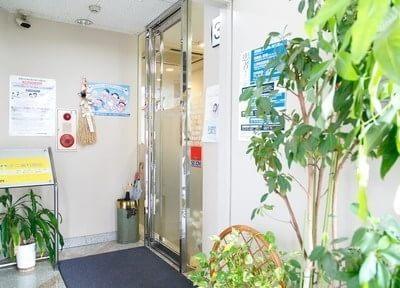 医院の入り口です。こちらからお入りください。