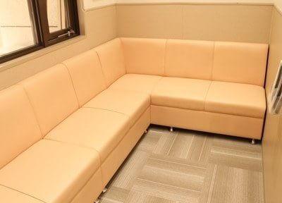待合室のソファーです。
