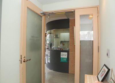 こちらのドアから院内へお入り下さい。