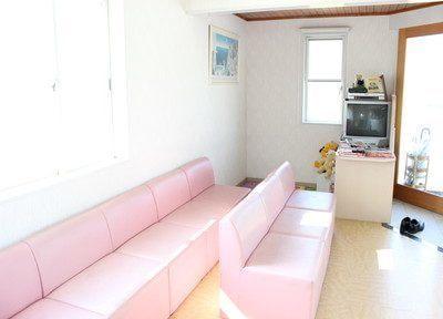 待合室のソファーはピンク色で緊張感を和らげます。