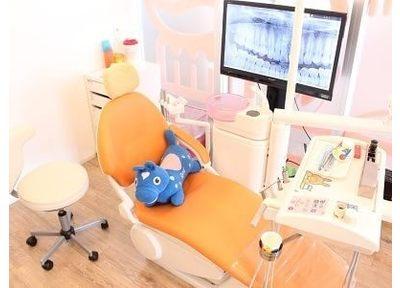診療チェアはオレンジ色の可愛いデザインです。