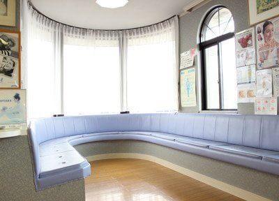 清潔第一の待合室。大きな曲面のガラス窓が特徴です。