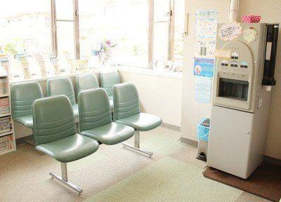 待合室です。医院からのメッセージや体験談をたくさんディスプレイしています。