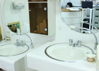 洗面台では、歯科衛生士が親切丁寧に歯磨き指導をします。