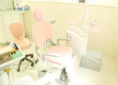 診療チェアは優しいピンク色です。落ち着いて診療を受けていただけます。