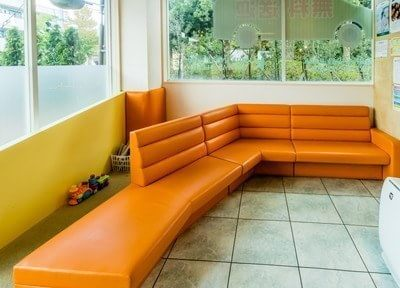待合室は明るく広々としています。大きなソファに座ってお待ちください。