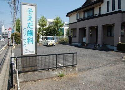 青い看板が目印です。駐車場もございます。