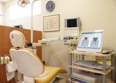 診療室のモニターを使って、歯の分かりやすい説明を行います。