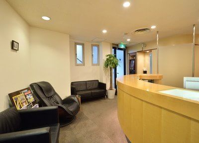 受付と待合室です。明るく開放的な空間で、診療が始まるまでチェアにお掛けになってリラックスしてお待ち下さい。