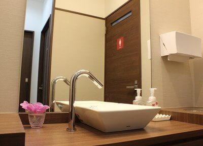 大きな鏡付きの綺麗な洗面台です。