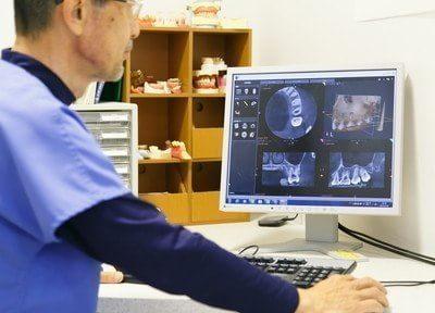 パソコンで精密なデータを出し確実な治療をします。