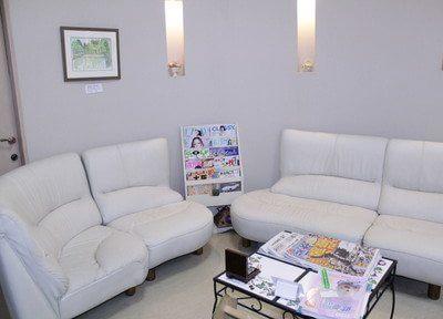 待合室です。少し大きめのゆったりとした白いソファでおくつろぎいただけます。