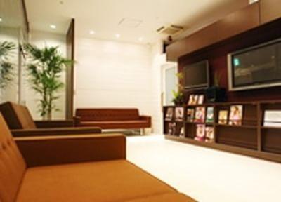 待合室はホテルのラウンジのようなくつろげる空間を目指し、ソファ、雑誌、大型ビジョン、キッズスペースを完備しています。