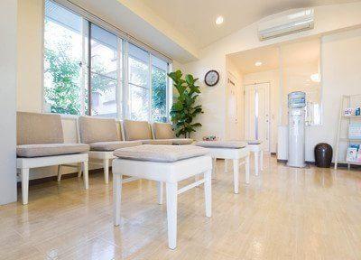 待合室です。白が基調の落ち着いた待合室です。