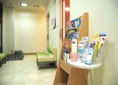 待合スペースには雑誌や歯に関する情報を配信しています。