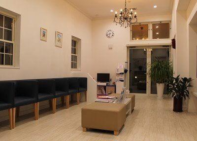 広々とした待合室です。歯医者とは思えないほどのおしゃれな空間で、ごゆっくりお過ごしください。