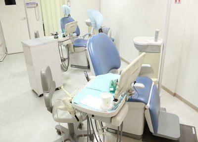 診療チェアの間隔を広く取っているので、快適に治療を受けられます。
