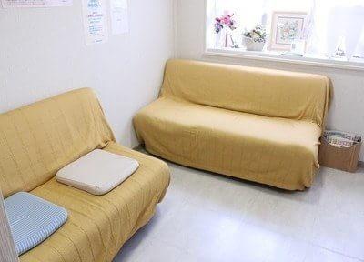 待合室にはふかふかなソファーがあるので、リラックスできます。