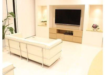 待合室には大きなテレビが設置されています。