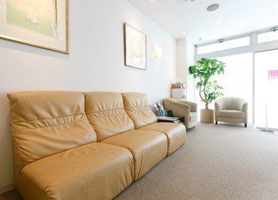 待合室です。大きなソファーがありますので、ご利用ください。