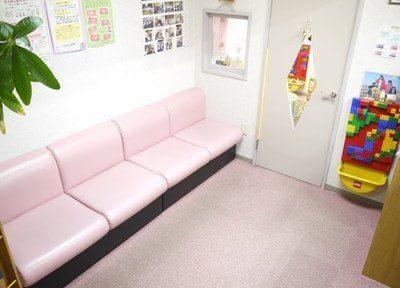 待合スペースです。ピンク色のソファで、おくつろぎください。