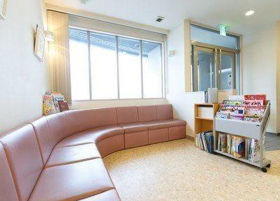 待合室です。大きなソファでごゆっくりお待ちください。