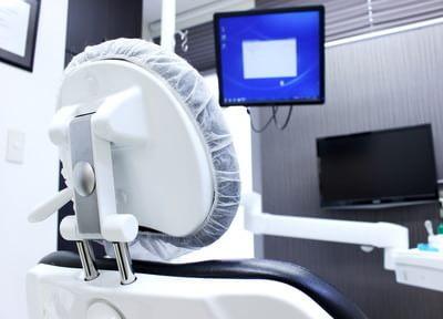使用しやすく、顎の骨と結合しやすいインプラントを使って治療を行っています