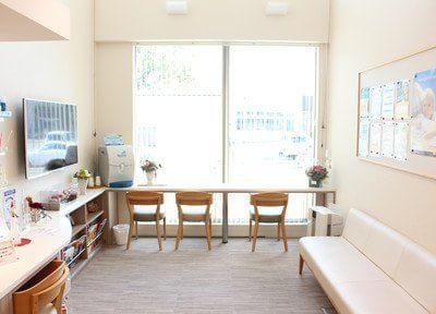 待合室です。陽があたり、リラックスのできるスペースです。