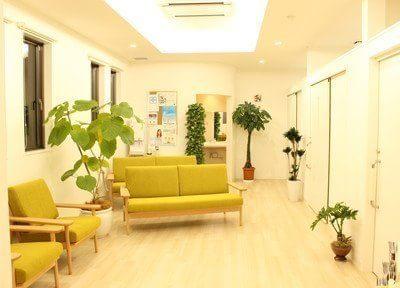 待合スペースです。暖色にまとめられた温かい空間で、ごゆっくりおくつろぎくださいませ。