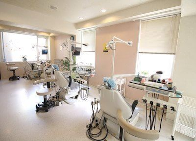 診療室は明るく、開放感のある空間です。