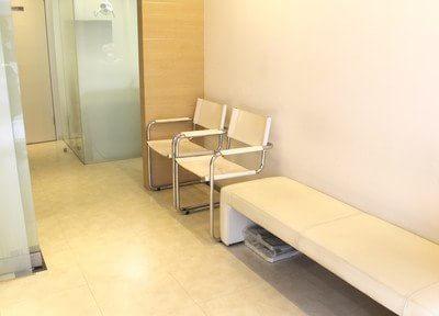 待合室は白を基調とし、清潔感のある作りになっています。