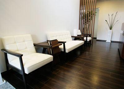 待合室の椅子は4名様分。十分なご説明、精密丁寧な処置を心がけておりますので少人数しか対応出来ません。