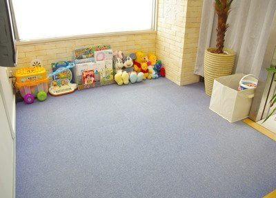 広いキッズスペースにはおもちゃを豊富に置いています。