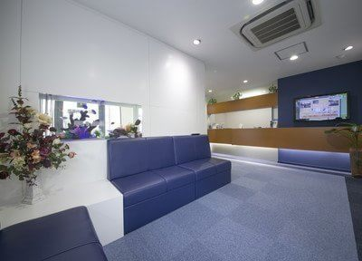 待合室は白と青を基調とした落ち着いた雰囲気です。