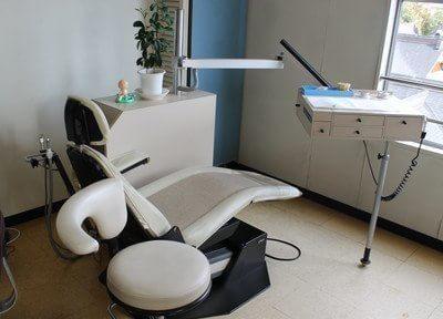 白の清潔な診療チェアです。