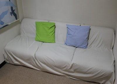 ふかふかのソファーでリラックスしてお待ちください。
