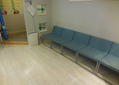待合室には空気清浄機を置き、清潔な空気を保っています。