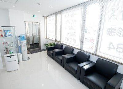 待合室です。黒と白を基調とした清潔感のある空間となっております。