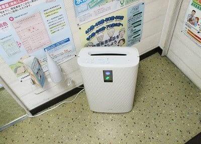 待合室には空気清浄機があります。院内の空気は清潔です。