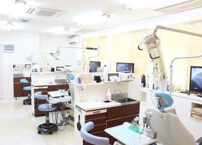 広い診療室には仕切りがあります。
