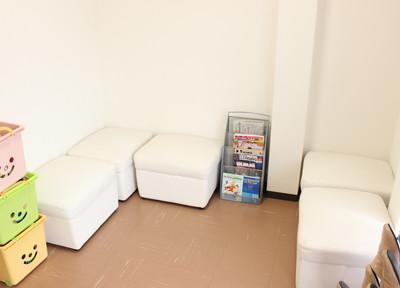 待合室は清潔感があり、すっきりとした空間になっております。