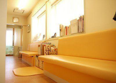 広々した待合室です。ゆっくりとソファーでお待ちください。