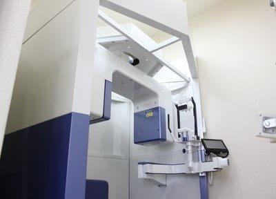 現在の歯科治療には、CTによる3D画像が不可欠です。江崎歯科は、最新の歯科用CTを設置しています。コーンビーム方式といわれるもので、医科用CTに比べ、低い被ばくで撮影ができます。
